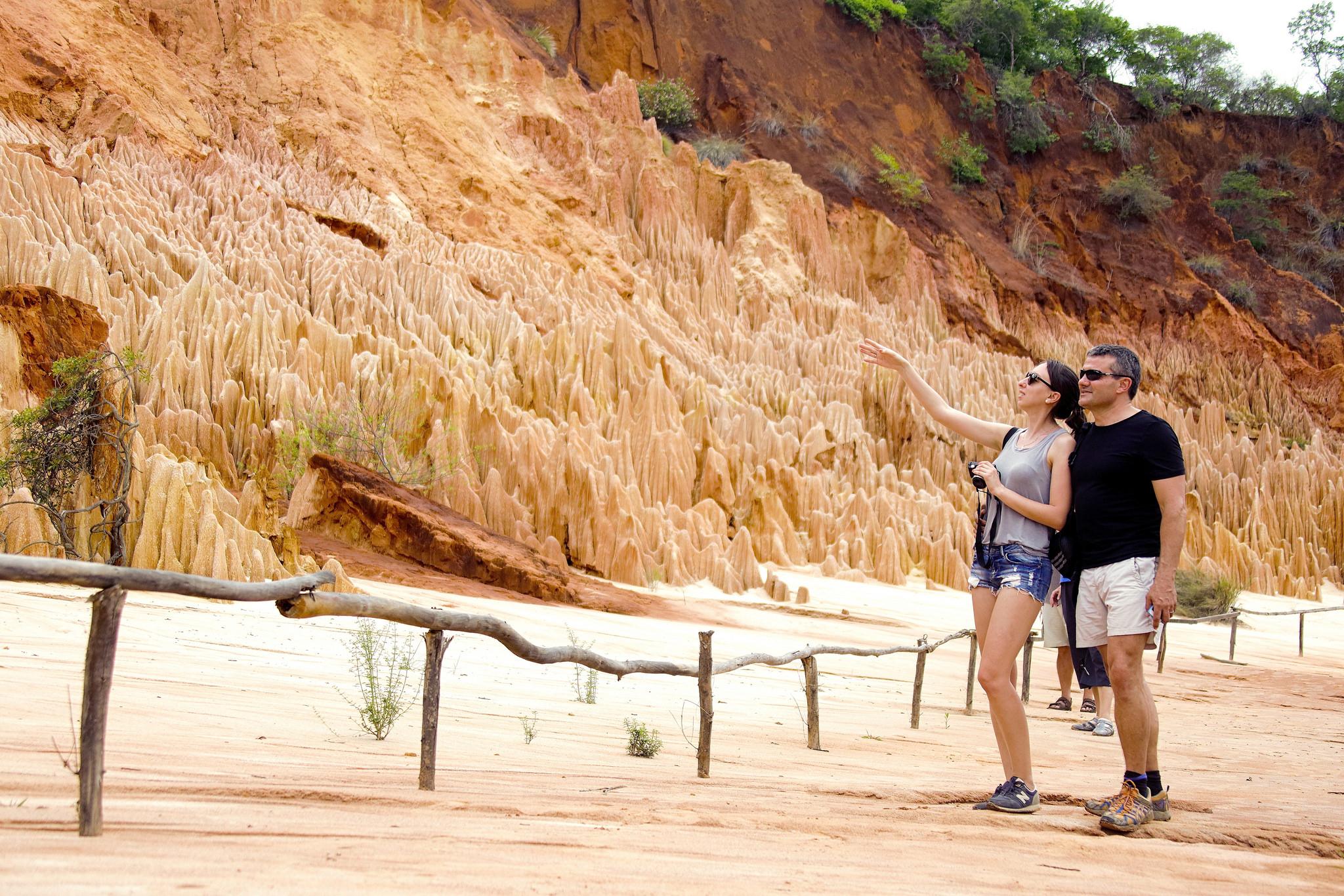 couple observe tsingy rouge madagascar